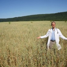 Doctor Sells His Practice in New York, Buys Organic Farm & Begins Treating Patients Himself
